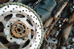 关闭生锈的钢部分在废品旧货栈 图库摄影