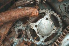 关闭生锈的钢部分在废品旧货栈 库存图片