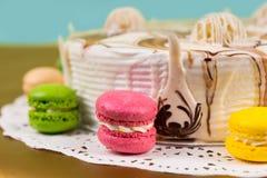 关闭用不同的巧克力装饰品n的开胃蛋糕 图库摄影