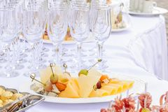 关闭用不同的食物快餐和开胃菜的装饰的承办的宴会桌在公司党事件或婚姻的celebratio 免版税图库摄影