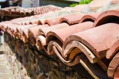 关闭用屋顶黏土瓦片盖的石篱芭在索佐波尔,保加利亚 库存照片