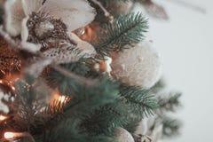 关闭用手工制造花和被编织的球装饰的圣诞树 库存图片