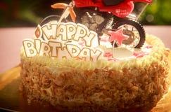 关闭用摩托车和红色星装饰的生日蛋糕 免版税库存照片