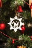 关闭由圣诞树装饰决定 免版税库存照片