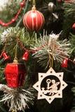 关闭由圣诞树装饰决定 免版税图库摄影