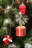 关闭由圣诞树装饰决定 库存图片
