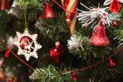 关闭由圣诞树装饰决定 库存照片