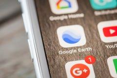 关闭由在iPhone 7屏幕上的Google Earth app决定 免版税库存图片