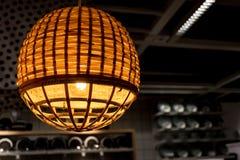 关闭由编织的竹子做的葡萄酒灯 库存照片