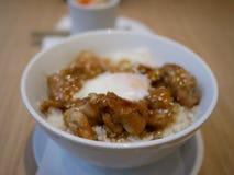 关闭由鸡米决定用日本调味汁用鸡蛋Onsen, Jap 库存图片