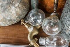 关闭电灯泡并且轻拍在背景的,装饰backgr木桌上 图库摄影