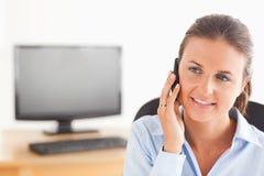 关闭电话的一个办公室工作者 免版税库存照片