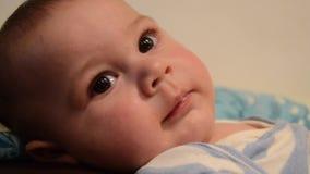 关闭男婴lookig顶上的射击在照相机和设法到达它 有益于转折 影视素材