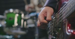 关闭男性手使用弹吉他的手指片断 股票视频