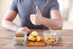 关闭男性手用碳水化合物食物 免版税库存图片