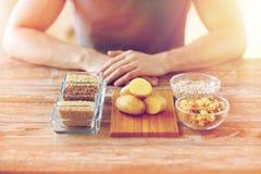关闭男性手用碳水化合物食物 图库摄影