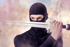 与剑的Ninja室外在烟 免版税库存照片