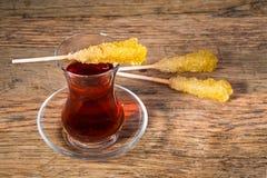 关闭番红花冰糖在一红茶杯的糖水晶 免版税图库摄影