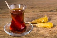 关闭番红花冰糖在红茶杯的糖水晶 图库摄影