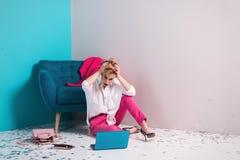 关闭疲乏的女孩画象有不满意的面孔表示的,看她的有拷贝空间的笔记本屏幕为您的adverti 库存图片