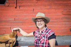 关闭白种人有马鞍的妇女佩带的牛仔帽 库存照片