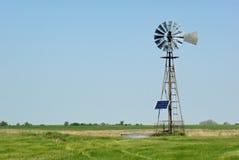 关闭的大农场太阳风车 免版税库存图片