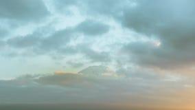 从关闭的日出由在kawaguchiko湖日本的山富士决定 免版税库存照片