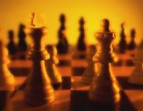 关闭的棋盘显示国王和女王/王后的观点在前景 免版税库存图片
