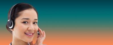 关闭的综合图象摆在与耳机的一名微笑的操作员 库存图片