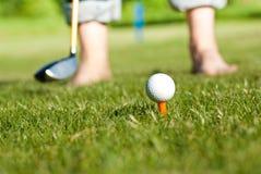 关闭的高尔夫球运动员准备 免版税库存照片