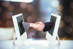 关闭的综合图象握他们的手的两买卖人 库存图片