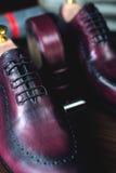 关闭皮革人` s鞋子的图片在木背景的 免版税库存图片