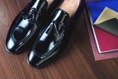 关闭皮革人` s鞋子的图片在木背景的 库存图片