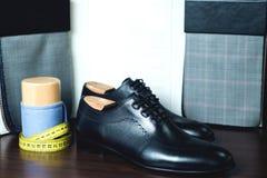 关闭皮革人` s鞋子的图片在木背景的 免版税库存照片