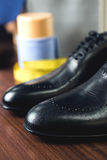 关闭皮革人` s鞋子的图片在木背景的 库存照片