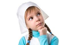 关闭看在旁边,手在下巴下的梦想的女性护士 风景白色取向 免版税图库摄影