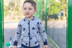 关闭看在轻的背景的一个惊奇的欧洲男婴的画象照相机 库存照片