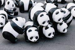 关闭看法从地板的那个地方上是画展在曼谷的许多熊猫雕塑,泰国 免版税库存图片