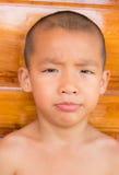 关闭看照相机的一个亚裔年轻男孩的画象 库存图片