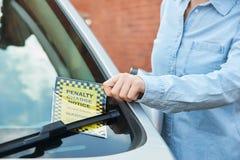 关闭看违规停车罚单的女性驾驶人 库存图片