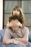 关闭眼睛生他的女儿 免版税库存照片