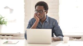 关闭睡觉在工作的疲乏的非洲人 股票视频