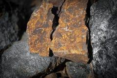 关闭石头室外看法在地面上的 橙色岩石石头片断  美好的纹理 库存照片
