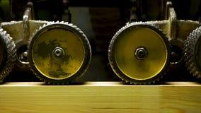 关闭研木板在车间和许多木头锯木屑制造业的专业木匠  库存图片
