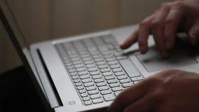 关闭研究便携式计算机的商人手作为概念在办公室 股票录像