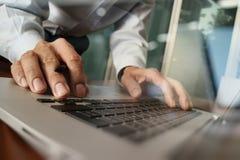 关闭研究便携式计算机的商人手 图库摄影