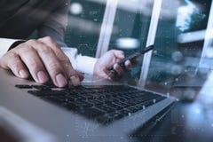 关闭研究便携式计算机的商人手 免版税库存图片