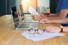 关闭研究便携式计算机的女商人手与 图库摄影