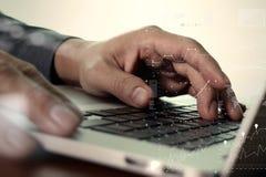 关闭研究有二的便携式计算机的商人手 免版税库存图片