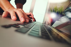 关闭研究有gr的便携式计算机的商人手 免版税库存图片